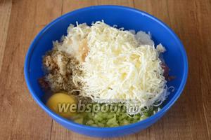 На мелкой тёрке натираем плавленый сыр, добавляем в фарш. Также в фарш добавляем сырое яйцо, соль, перец чёрный молотый.