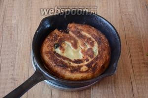 На среднем огне разогреть сковороду с растительным маслом. Поджарить лепёшки с 2 сторон до золотистого цвета (по необходимости добавлять растительное масло). Приятного аппетита!