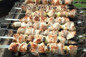 Можно менять шашлыки местами, так как жар от мангала может быть разным и это позволит избежать того, что мясо будет сырым. Проверить готовность мяса можно надрезав ножом крайние кусочки. Переложить готовые шашлыки на поднос и подавать к столу. Приятного аппетита!