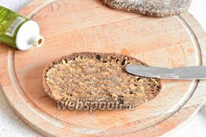 Ломтик хлеба смазать тонким слоем горчицы.