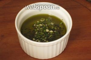 Добавить оливковое масло, соль, перец и тщательно перемешать.