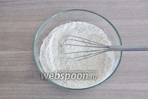Муку, миндальную муку, ванилин и сахар смешать в миске.