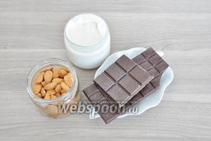 Для начинки приготовим сливки жирные. Я использую фермерские. Потребуется высококачественный миндаль и шоколад не ниже 55%.
