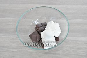 Сливки и шоколад поместить в миску.