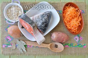 Потребуется кета (голова и кусок), вода (1400 мл), лук, морковь, овсяные хлопья, соль и перец, лавровый лист.
