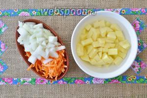 Почистим и нарежем овощи пока варится рыба.