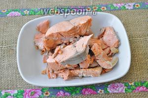 Когда рыба сварится, вынем её шумовкой удалим кости и кожу и разломаем на кусочки. Позже добавим рыбу в уху.