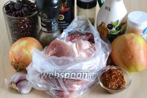 Подготовьте необходимые ингредиенты: охлаждённую свиную шейку, лук, кисло-сладкие яблоки, красную фасоль, чеснок, тимьян, соль, перец, оливковое масло, аджику и бальзамический уксус.