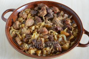 Запекайте мясо 1 час, периодически перемешивая.