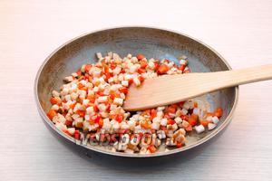 Отправить перец на разогретую с растительным маслом сковороду. Обжарить в течение 3-4 минут, а затем туда же отправить куриное филе и обжарить ещё 3-4 минуты.