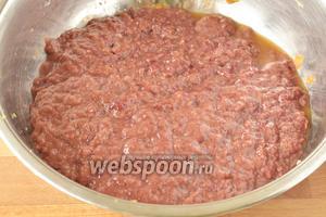 Печень помыть, удалить жир и протоки. Перекрутить в мясорубке или измельчить в блендере. Соединить с овощами.