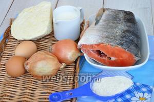 Потребуется кижуч. У меня замороженный, рыбу необходимо предварительно разморозить. Лук, чеснок, яйца, капуста, мука, молоко, соль и перец по вкусу.