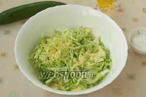 Нарезать тонко молодую капусту и сложить в глубокую миску.