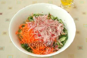 Морковь и редис натереть на тёрке для корейкой моркови. Если таковой нет, то морковь можно натереть на обычной средней тёрке, а редис нарезать соломкой.