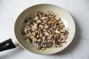 Тушим 10 минут, пока жидкость из грибов не испарится.