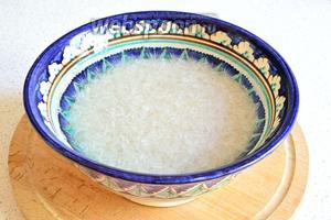 Сначала нужно промыть рис и залить его водой. Отставляем в сторону.