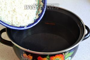 Вскипятить 750-800 мл воды. Добавить в неё соль, кардамон и 1 палочку корицы. Засыпать рис. Довести до кипения и варить под крышкой на медленном огне 5 минут.