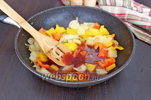 Влить соус к овощам с ананасами. Потушить 1 минуту, посолить и поперчить.
