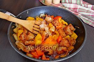 В сковороду вернуть мясо, перемешать, влить разведённый крахмал, перемешать, довести до кипения и снять с плиты.