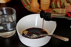 Приготовим маринад для маринования мяса. Для этого смешать яичный желток с соевым соусом, солью и водой.