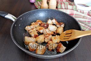 Наливаем 50 мл масла и обжариваем в нём, на среднем огне, мясо. Затем его надо вынуть на тарелку.