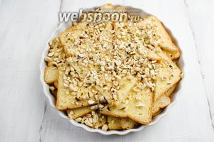 Достать из холодильника заготовку из хлеба. Посыпать сверху орехами.