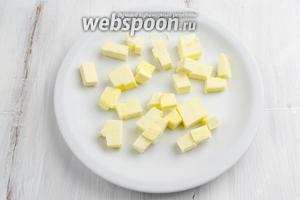 Приготовить штрейзель за 20 минут до запекания тоста. Масло нарезать кусочками и поставить в морозильник на 15 минут.