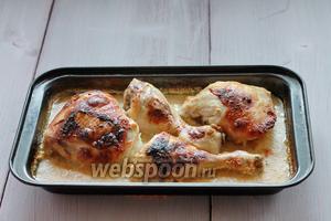 Когда курица приготовилась, вынимаем из духовки. Перед подачей посыпаем грибами, поливаем соусом и подаём к столу. К курице идеально подойдёт рис, либо вареный картофель. Приятного аппетита!