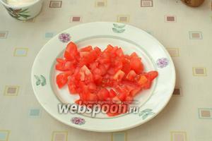 Кубиками нарезать помидор.