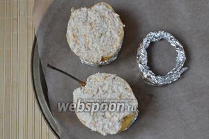 Застелите противень листом пекарской бумаги. Сделайте из фольги колечки толщиной около 1,5 см. Кольца нужны для того, чтобы зафиксировать груши, иначе они будут заваливаться на бок. Начините груши ароматной рикоттой, распределите начинку по срезу ровным слоем.