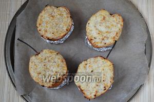 Запекайте груши с рикоттой и миндалём в нагретой до 200°С духовке 20-25 минут. На последние 5 минут можно увеличить нагрев и включить конвекцию, чтобы сыр покрылся лёгкой корочкой.