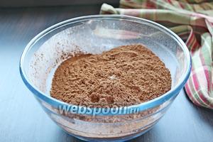 Добавить просеянный какао порошок.