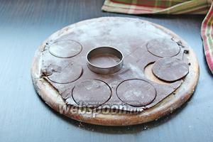 Затем разделить на 4 части и каждую тонко раскатать, вырезать формочкой печенье.