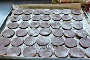 Выложить наши заготовки на противень, застеленный пергаментом, и выпекать при 200°С минут 10-12. Важно не пересушить печенье.