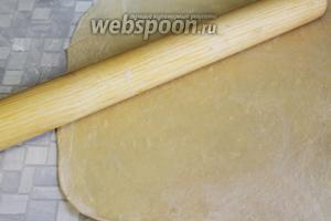 Раскатать тесто в очень тонкий пласт, прикрыть его плёнкой, пока будем раскатывать вторую часть.