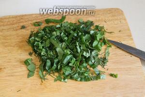 Приготовить начинку: мелко порезать зелень.