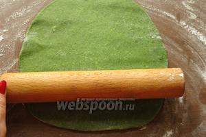 Раскатываем тесто, удобнее поделить его на 4-5 частей. Поверхность предварительно присыпаем мукой.
