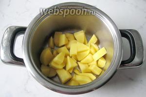 Картофель почистить, помыть и нарезать произвольно. Положить в кастрюлю.