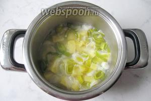 Варить овощи в бульоне до готовности.
