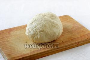 Вымесить тесто на столе, чтобы оно перестало липнуть. Получается приятное на ощупь и послушное тесто.