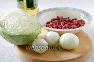 Для начинки возьмём готовый домашний фарш из говядины (у меня — с добавлением баранины), молодые сочные луковицы, молодую капусту (она сочная и мягкая), масло растительное, перец, соль.
