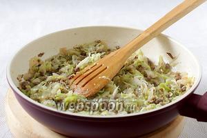 Должна получиться сочная и очень вкусная начинка. Переложить её на тарелку для быстрого остывания и полностью остудить.