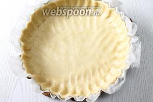 Форму застилаем бумагой для выпечки, так легче будет достать пирог после выпечки. Распределяем тесто по форме, делая бортики.