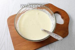 Для заливки соединяем яйца с молоком, сметаной, солью и перемешиваем.