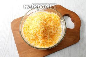 Добавляем в заливку тёртый сыр.