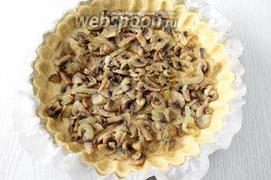 На тесто выкладываем грибы с луком.