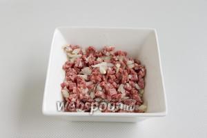 Мелко нарежьте очищенный лук и салями.