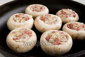 Грибы нужно запекать при 200°С в верхней части духовки, как только верх подрумянится, снизьте температуру до 150°С, опустите грибы максимально низко.