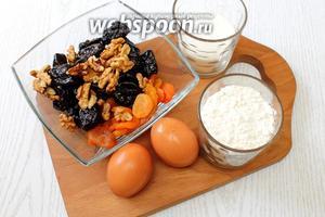 Для приготовления нам понадобятся сухофрукты, орехи, яйца куриные, сахар, разрыхлитель и мука пшеничная.