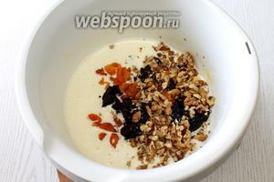 Орехи и сухофрукты добавляем ко взбитым яйцам.